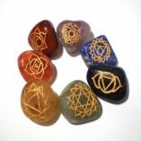 Set di 7 pietre con simboli chakra incisi in oro